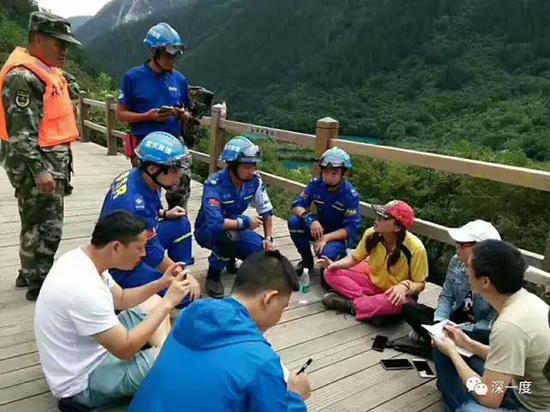 获救后和武警、蓝天队员、记者们在一起