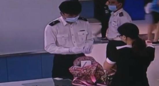 女子裆部藏20盒瘦脸针入境 走路姿势怪异被查