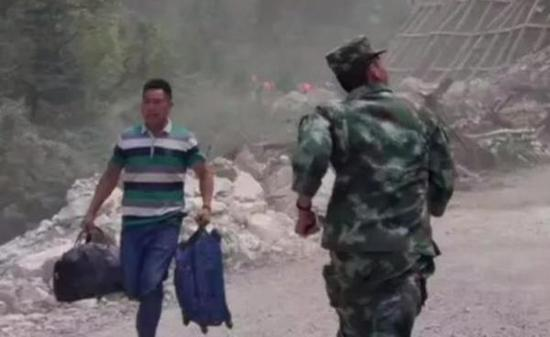 一张军人逆行的照片。视频截图