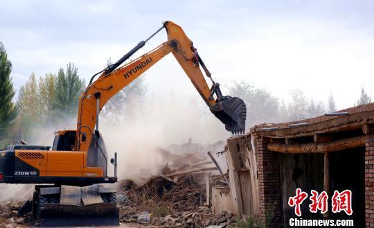 彻底拆除坍塌的房屋,为重建家园做准备。 田向东 摄