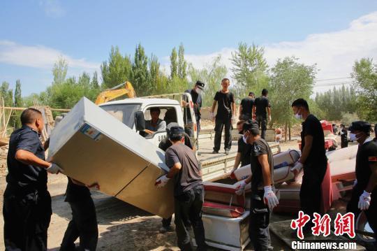 转移灾民生活物质。 田向东 摄
