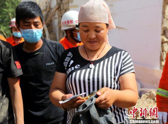 公安民警帮助兰某在坍塌的房屋中搜寻到金项链。 田向东 摄