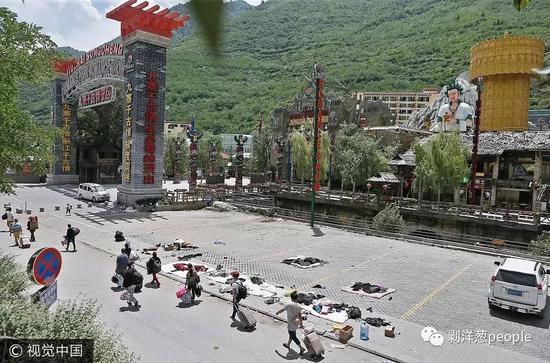 地震发生后,千古情景区封闭,工作人员陆续撤离。