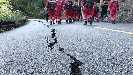 救援队再次进入九寨沟地震震中搜寻。图片来源:视觉中国