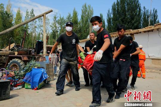 转移灾民的衣物及床上用品。 田向东 摄