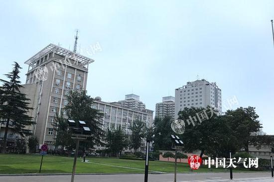 今晨,北京上空天气阴沉。