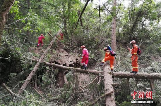 """8月12日,中国国际救济队再次深刻九寨沟""""8.8""""地动震中,胜利将一名罹难者尸体转运出来。 中新社发 王路宽 摄"""