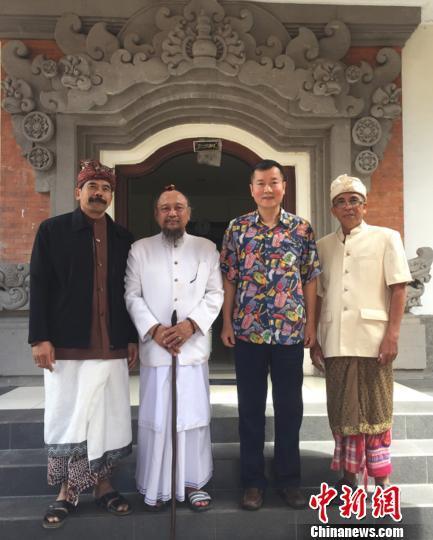 11日,中国驻登巴萨总领事胡银全(右二)拜会印尼印度教理事会巴厘省分会主席苏迪亚纳。 中国驻登巴萨总领事馆供图