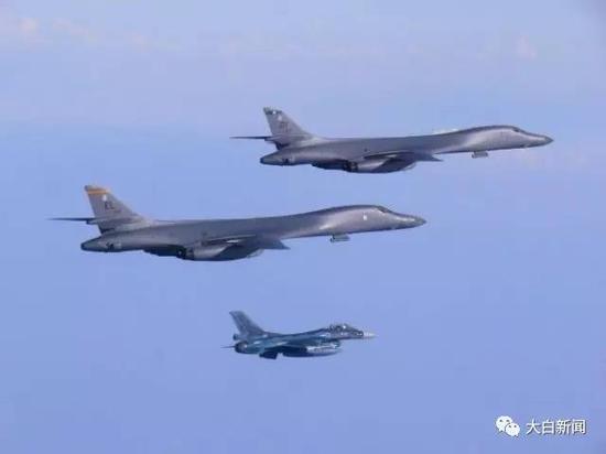 7月30日,在韩日战斗机的护卫下    两架美国空军B-1B轰炸机飞越朝鲜半岛图/路透社