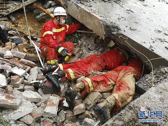 8月14日,在广西融安县板榄镇马步村,消防官兵在搜救失踪人员。  新华社发(李瑞华 摄)