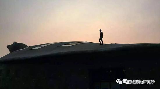 徐腾站在大鳖馆上。