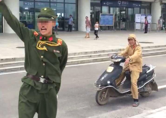 两男子穿日本军服高铁站作秀