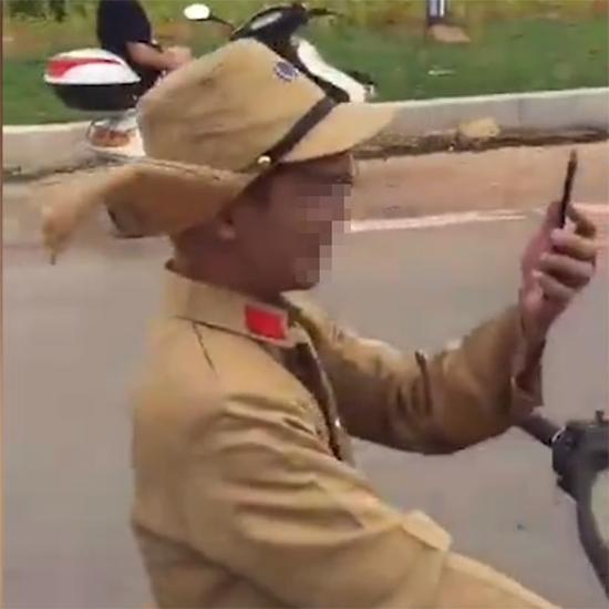 """广西宾阳县两名青年男子身着仿二战期间日本军装""""作秀""""。  视频截图"""