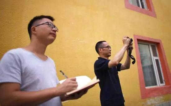 8月10日,中国地动局的任务组职员在九寨沟县漳扎镇停止地动烈度考察。新华社 图