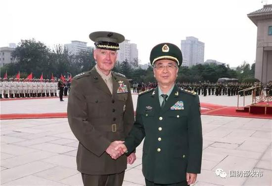 8月15日下战书,中心军委委员、军委结合顾问部顾问长房峰辉在八一年夜楼会面美军参联会主席邓福德。