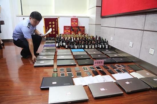 警方查获的局部涉案财物。 王威 摄