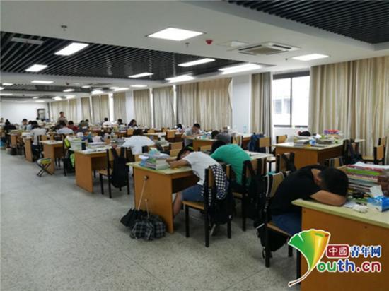 皖西学校暑假期间留校考治学子晌午在考研讲堂歇息。中国小伙子网通讯员 康金标 供图