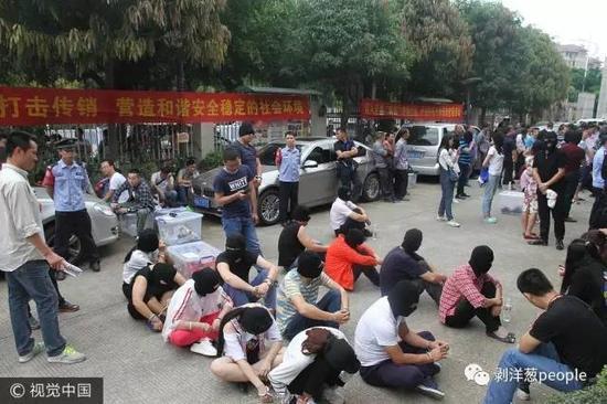 警方控制传销团伙。图/视觉中国