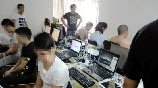 民警现场抓获正在使用网络谈天工具实行诈骗的团伙成员。警方供图
