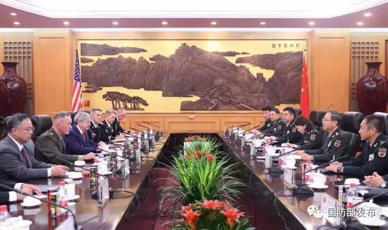8月15日下战书,中心军委委员、军委结合顾问部顾问长房峰辉在八一年夜楼与美军参联会主席邓福德举办谈判。