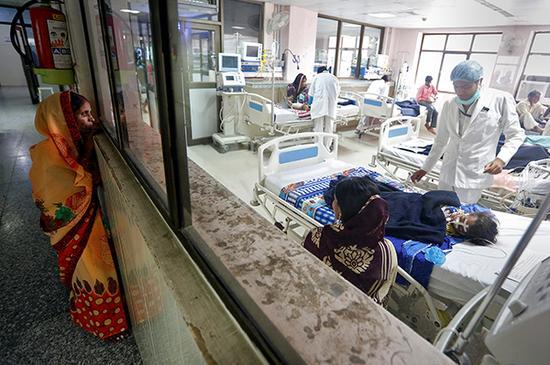 当地时间2017年8月14日,印度北方邦戈勒克布尔市,Mohammad Zahi失去了自己的女儿。当地最大的公立医院在过去一周里,有超过70名儿童死亡。 视觉中国 图