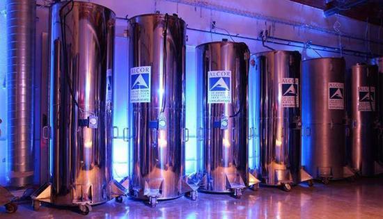 """美国最大人体冷冻机构阿尔科内的液氮罐,人体在-196℃的极低温下生存等候未来""""重生""""。法制晚报 图"""