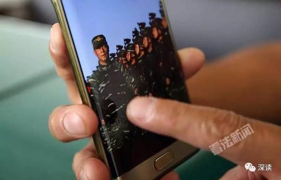 十五支队副支队长石华磊向记者展示阅兵训练时的画面