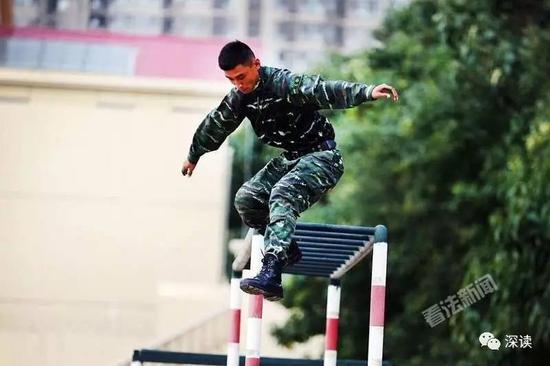 武警战士们展示寻常的训练内容