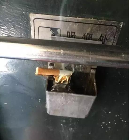 """原告在普列上拍摄的吸烟处。 本文图片均来自""""央视新闻""""微信公众号"""