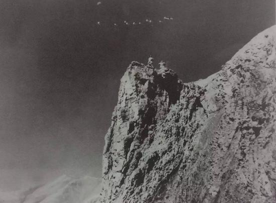 1962年7月,解放军边防战士小心地监视着入侵我国领空的印度飞机。图中这架飞机正在给入侵我国新疆加勒万河谷的印度军队投掷物资。