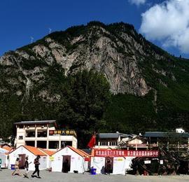 九寨沟县漳扎镇抗震临时安置点的帐篷新生活