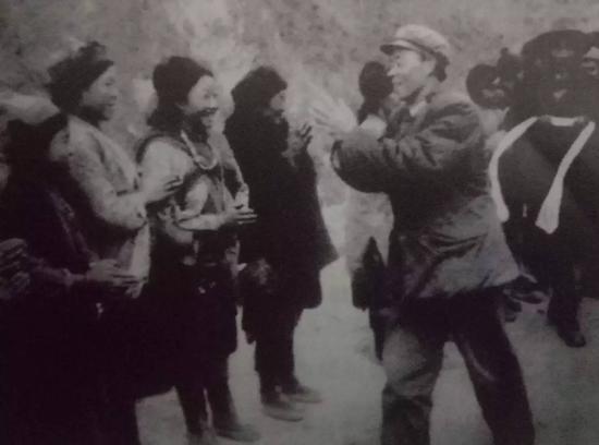 获胜的解放军队伍撤离德让宗,当地民众欢送参战将士。前排右一为阴法唐。