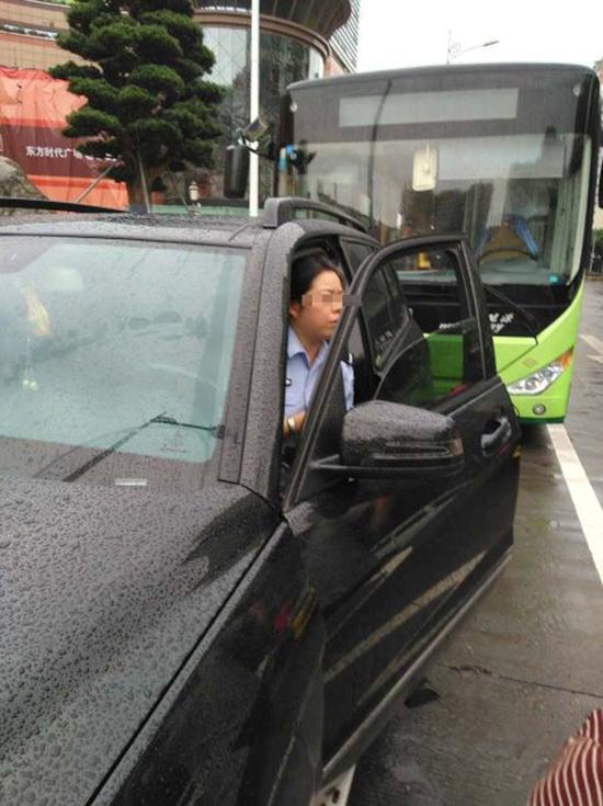 涉事女警在公交专用道停车。