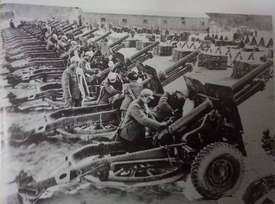 1962年11月,西藏地方边防队伍遵照中央指示,把自卫还击战中缴获的大批印军武器擦拭一新,准备交还印方。