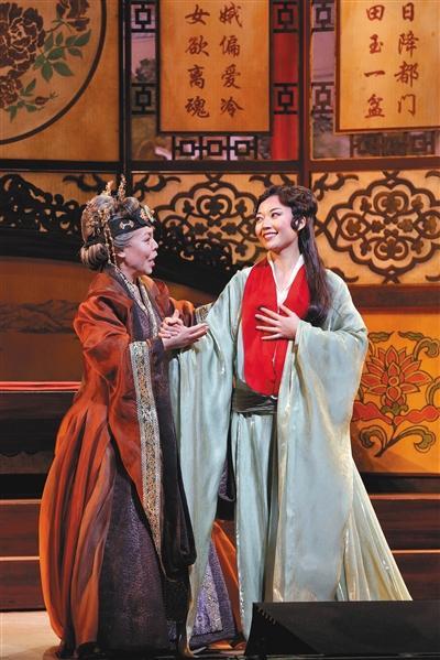 英文歌剧版《红楼梦》中的贾母和黛玉。 主办方供图