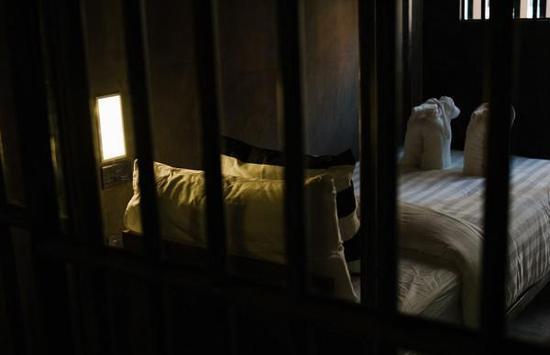 泰国推出监狱主题酒店 客人穿囚服体验生活