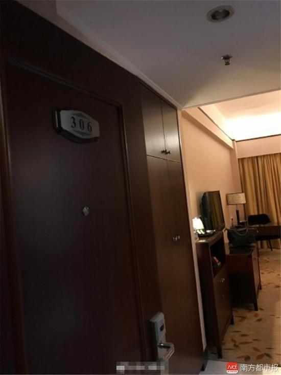 该网友还表示,报警之后她曾回到酒店找负责人协商解决方案,酒店负责人并没有给提出相应的赔偿方案。