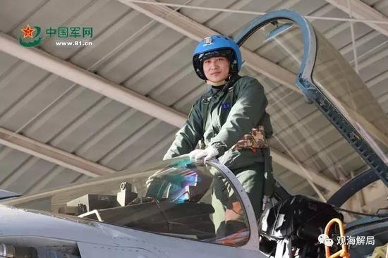 (张超初次驾驶歼-15)