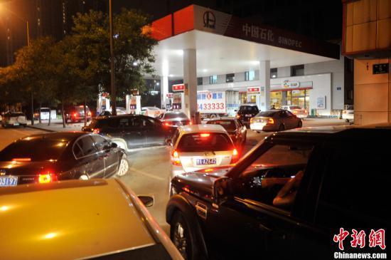 资料图:山西太原一加油站内,私人车主排队加油。 中新社发 韦亮 摄