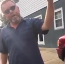 特朗普支持者在家悬挂纳粹旗 路人质疑遭怼:滚蛋