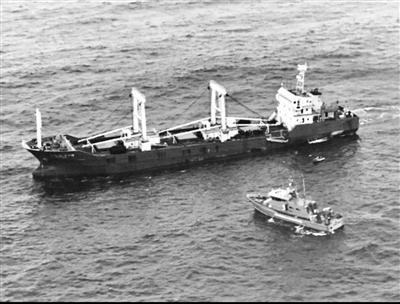 厄瓜多尔执法人员靠近涉事船只