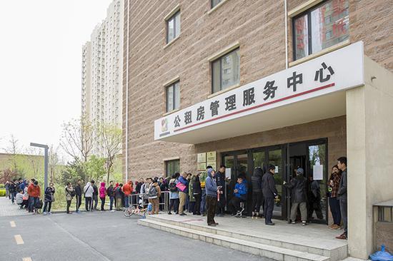 2017年4月11日,北京,某公租房项目现场排队管理公租房挂号的队伍。 视觉中国 资料图