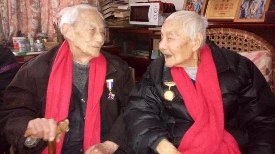 """佩带""""中国人民抗日战争胜利70周年""""纪念章的陶基烈老人(右)"""