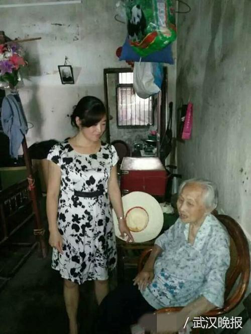 陈新平老奶奶(右)。武汉晚报 图