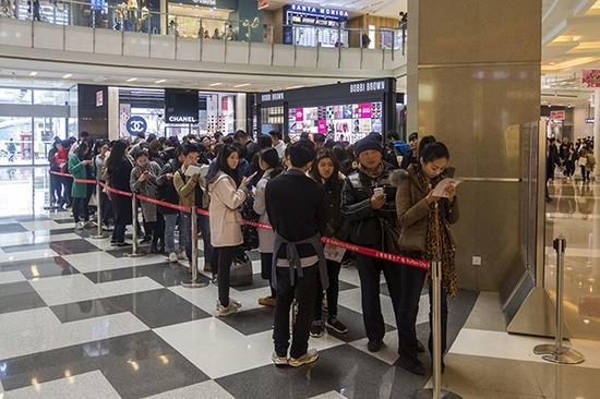 """来福士广场的一家奶茶店在今年上半年晋升为""""网红"""" 。 视觉中国 图"""
