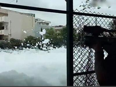印度街道惊现大量白色有毒泡沫 铺天盖地似雪堆