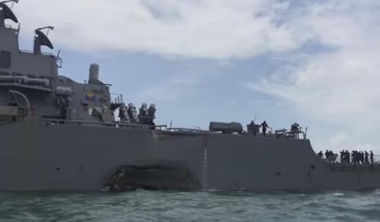 现场:美驱逐舰与商船发生碰撞 左舷受损