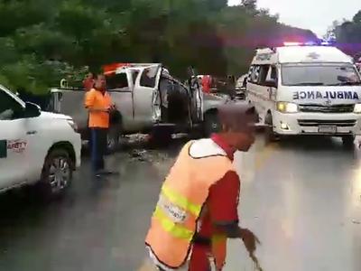 现场:泰国大巴撞上皮卡 11名中国游客受伤