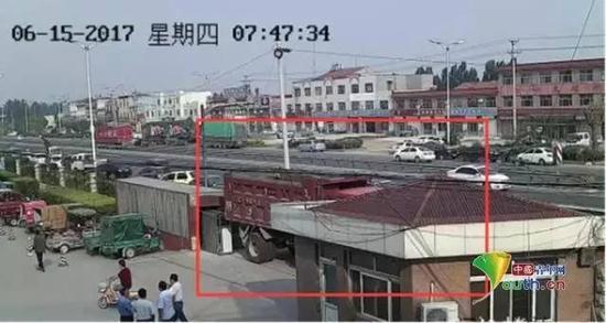 病院监控录像显示大门口堵着一辆大卡车(图自:中国青年网)
