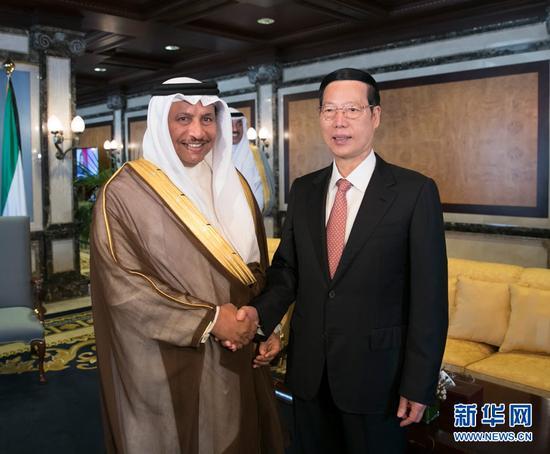 8月22日,应邀拜访科威特的中共中心政治局常委、国务院副总理张高丽在科威特城会面科威特宰衡贾比尔。 新华社记者 王晔 摄